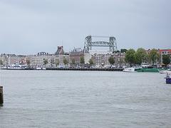 Insulo en la haveno de Roterdamo