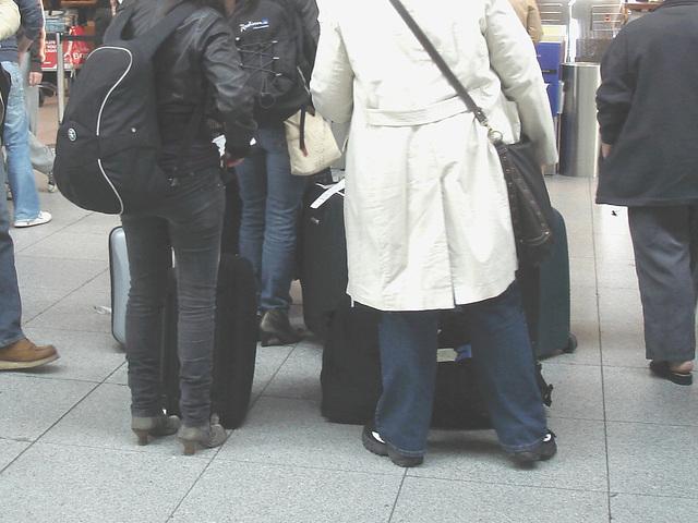 31 check in desk high-heeled booted duo  /  Dames en Bottes sexy au comptoir d'enregistrement no-31 .   Aéroport Kastrup de Copenhagen - 20-10-2008
