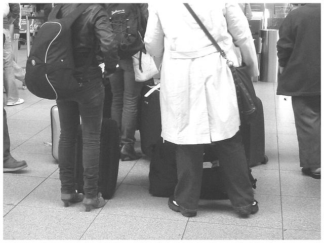 31 check in desk high-heeled booted duo  /  Dames en Bottes sexy au comptoir d'enregistrement no-31 .   Aéroport Kastrup de Copenhagen - 20-10-2008 - B & W