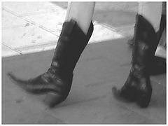 Blonde Booted cowgirl in jeans -  Blonde en bottes de Cowboy - Aéroport de Bruxelles -19-10-2008  - Black & white  /  Noir et blanc