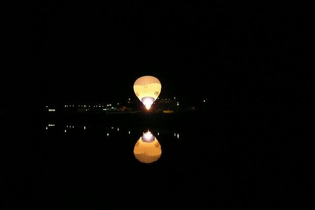 Heißluftballon über der Elbe