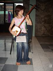 Mayuko Tazima ludas ŝamisenon