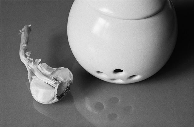 Garlic pot with half a garlic
