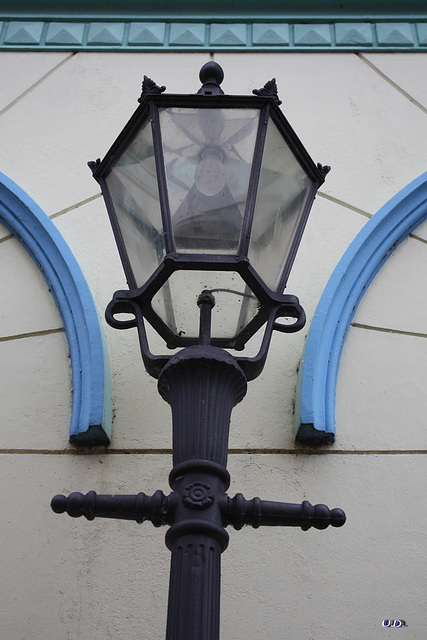 Strassenlaterne passend zur Fassade / Street-lamp fitting to the facade