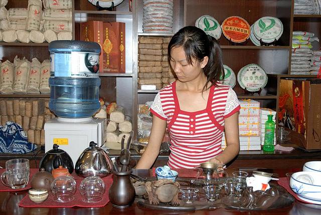 preparing the Chinese tea