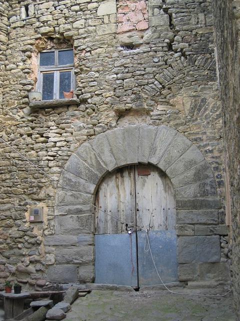 romanika enirejo en antikva pirenea domo