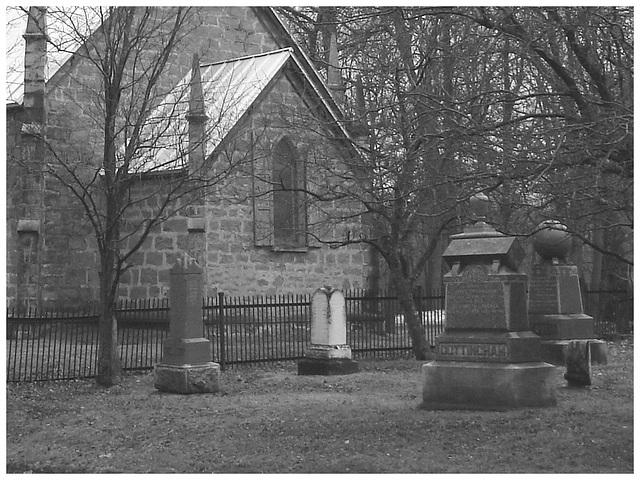 Cimetière et église  / Church and cemetery  -  Ormstown.  Québec, CANADA.  29 mars 2009-  B & W