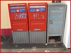 Québec libre et FLQ vs Postes-Canada /  Freedom and FLQ on Canada Post Corporation mailboxes -  Dans ma ville -  Québec, Canada - 12 octobre 2008.