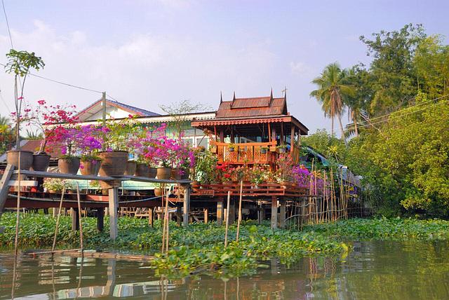 Beautiful premises at the Khlong Maha Sawat side