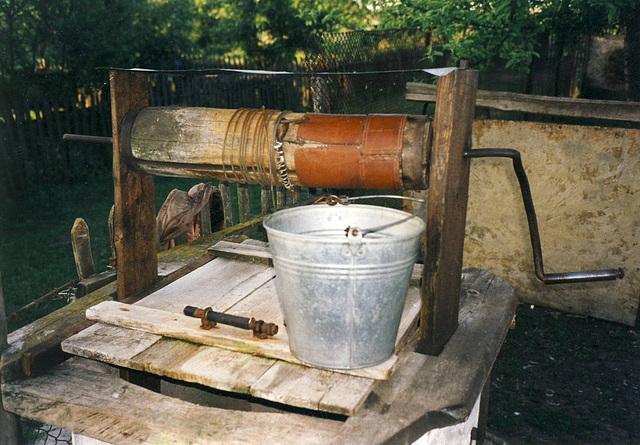 In der Ukraina auf dem Land ein echter Brunnen mit köstlichem  Wasser