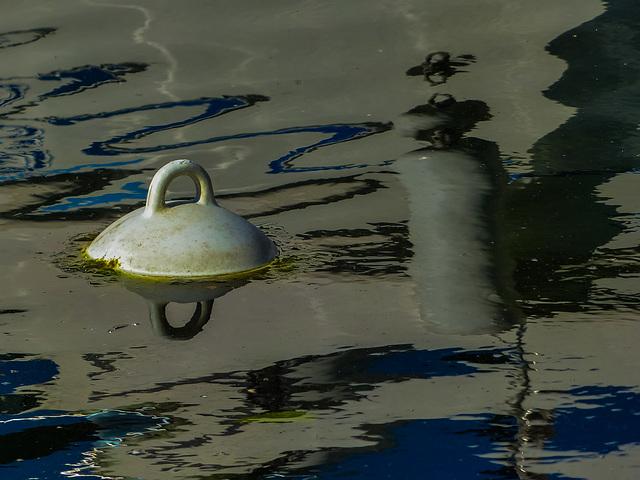 La bouée dans le port.