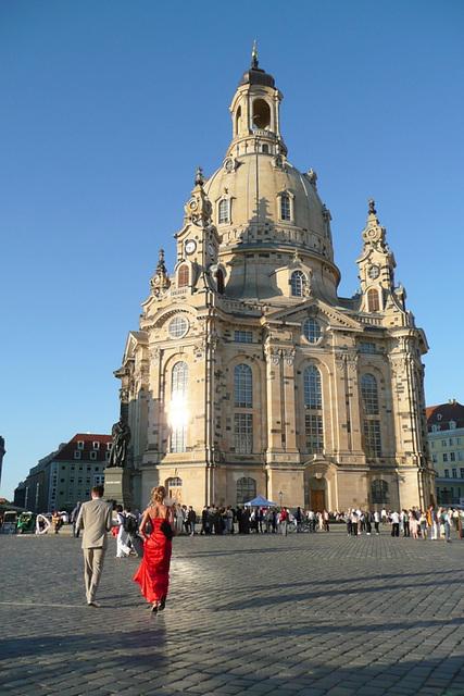 Besucher vor der Frauenkirche