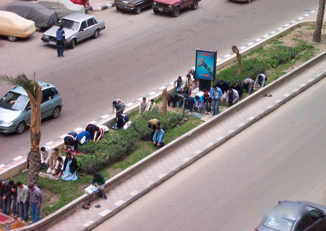 Prier sur le trottoir, à Alexandrie
