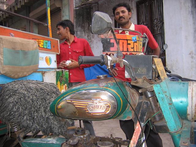 moto Enfield peinturlurée