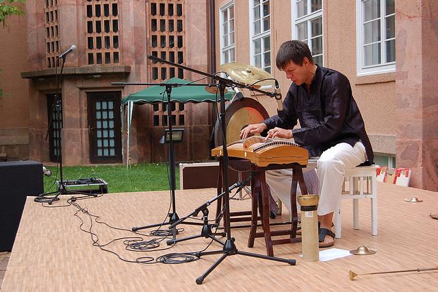 Stefan Eder kun ĉinaj muzikiloj