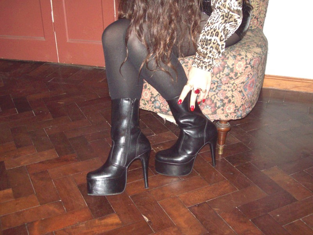 Lady Roxy  -  Black short platform boots  .  Avec / with permission.