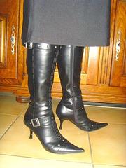 M@rie en Bottes à talons hauts et jupe sexy / High-heeled leather boots and sexy skirt - Cadeau d'une amie ipernity. Un peu modifiée