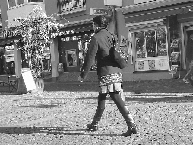 Bankomat Lady in mini denim skirt and Dominatrix SS boots style -  Ängelholm /  Sweden - Suède.  23 Octobre 2008 - B & W