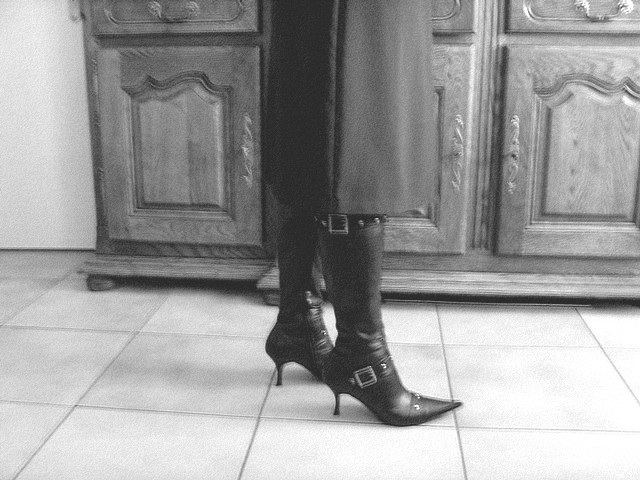 Mon amie M@rie / My friend M@rie - Bottes à talons hauts et jupe longue / High-heeled boots and long skirt - B & W with photofilter..