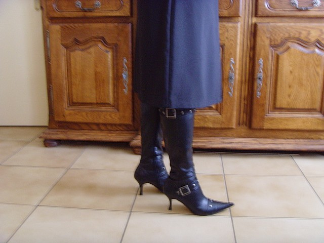 Mon amie M@rie / My friend M@rie - Bottes à talons hauts et jupe longue / High-heeled boots and long skirt . Photo originale
