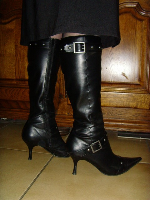 Mon amie M@rie / My friend M@rie - Bottes à talons hauts et jupe longue / High-heeled boots and long skirt . Originale.