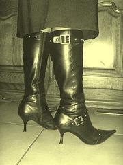 M@rie en Bottes à talons hauts et jupe. Cadeau d'une amie ipernity. Photofiltrée à l'ancienne.