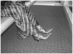 Jolie jeune Dame noire en bottes courtes à talons hauts - Black Lady in short high heeled boots-  Brussels airport- October 19th 2008 - With permission- B & W  / Noir et blanc.