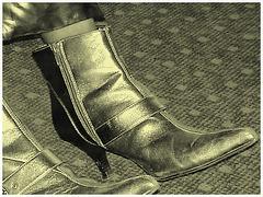 Jolie jeune Dame noire en bottes courtes à talons hauts - Black Lady in short high heeled boots-  Brussels airport- October 19th 2008 - With permission- À l'ancienne  /  Vintage style.