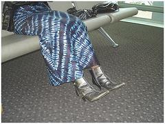 Jolie jeune Dame noire en bottes courtes à talons hauts - Black Lady in short high heeled boots-  Brussels airport- October 19th 2008 - With permission