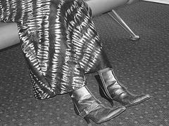 Jolie jeune Dame noire en bottes courtes à talons hauts - Black Lady in short high heeled boots-  Brussels airport- October 19th 2008 - With permission - En noir et blanc