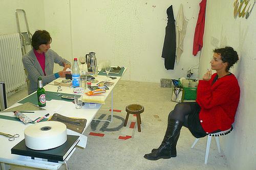 Produzentensozietät im Wagnerraum. Lela und Sima bei der Arbeit