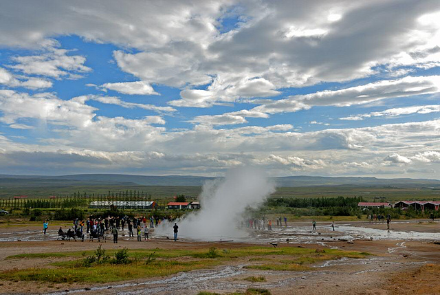 Geysir start to erupt