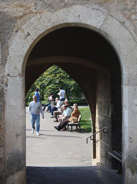 Blick durch den Turm an der Mauer des Burgtores