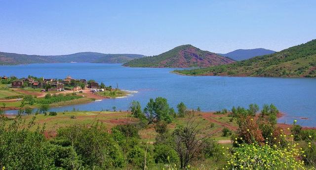 lac du Salagou et vallée rouge