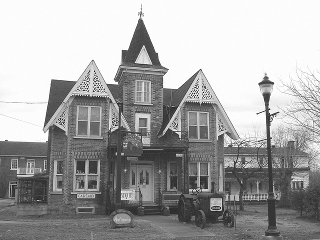 Antiquités / Antiques -  Ormstown  - Québec, Canada.   29 mars 2009 - B & W