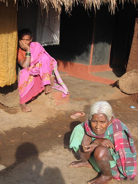 Devant la maison dans un village tribal