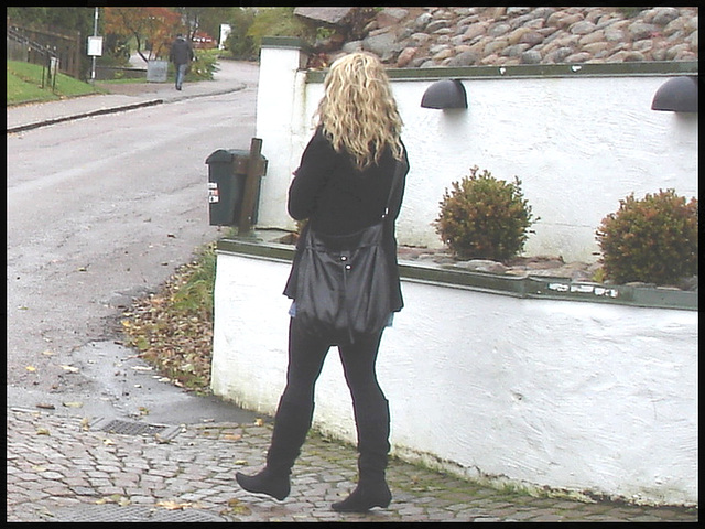 Jeune blonde Suédoise en bottes à talons plats / Young Swedish Blond Lady in flat boots and sexy outfit - Enehall Pensionat-  Båstad / Sweden - Suède.  21 octobre 2008.
