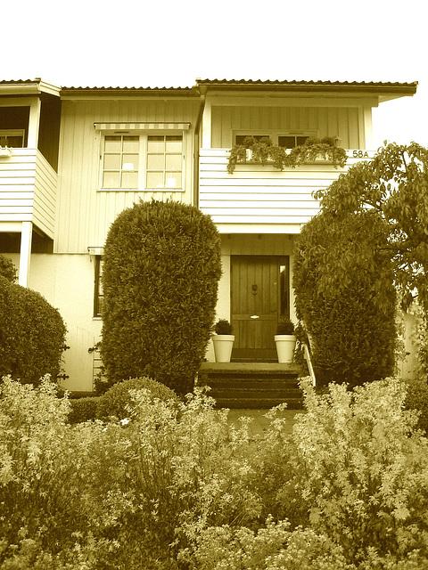 House entrance among the greenery -  Porte d'entrée invitante parmi la verdure - Båstad, Suède -  SEPIA