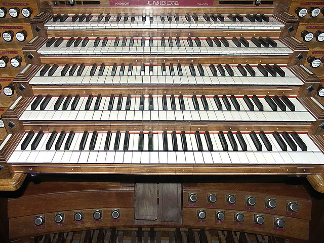 PICT8729ac Global View of all Keyboards of the Second Console Placed in the Nave