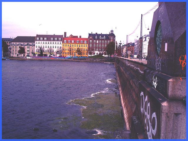 Pont menant au cimetière-  Bridge nearby the cemetery -Effet de nuit / Night effect -Copenhague- 20-10-2008