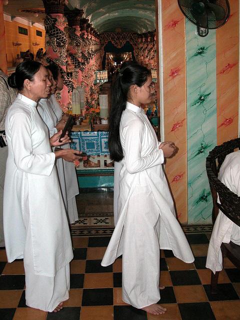 Caodaiist women pray