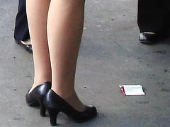 Attrayante hôtesse de l'air dodue en Talons Hauts / Chubby hot flight attendant smoker in high heels chatting woth work colleagues