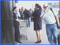Attrayante hôtesse de l'air dodue en Talons Hauts / Chubby hot flight attendant smoker in high heels chatting woth work colleagues-  Aéroport PET airport- 18 octobre 2008