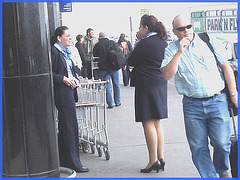 Attrayante hôtesse de l'air dodue en Talons Hauts / Chubby hot flight attendant smoker in high heels chatting woth work colleagues