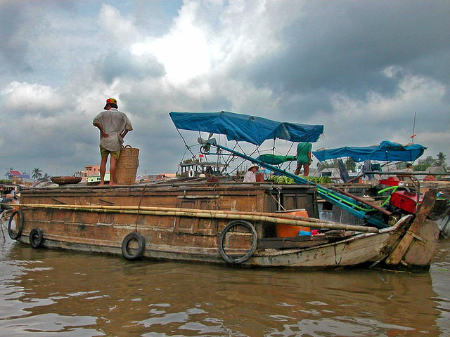 Scene at the floating market Cái Răng on the Hậu Giang river