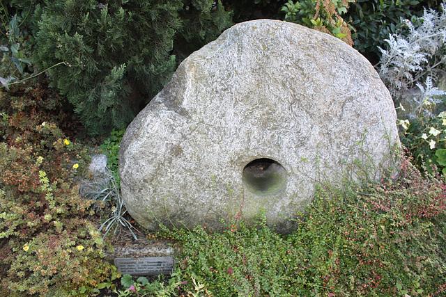 """Grabplatte mit so genanntem """"Seelenloch"""" / Grave with prehistorical holed stone"""