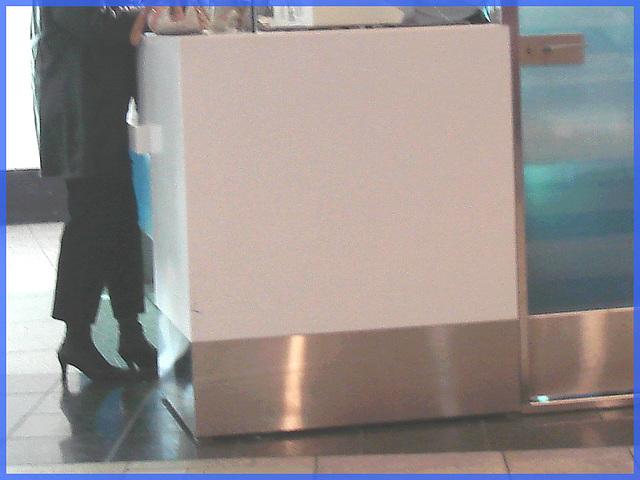 Blonde avec verres et bottes courtes à talons hauts / Blond with glasses in short high heeled boots-  Comptoir de change- Aéroport de Montréal-- 18 octobre 2008