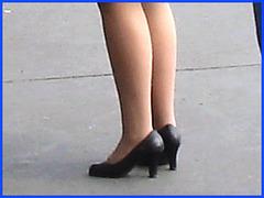 Attrayante hôtesse de l'air un peu grassouillette  en Talons Hauts / Chubby hot flight attendant smoker in high heels chatting with work colleagues