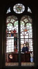 eines von drei Fenstern in der Aula