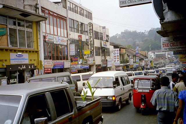 En Kandy - Tipa strato en la urbocentro